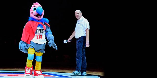 סטיב באלמר עם המאסקוט של הקליפרס. הבעלות על קבוצת NBA הפכה להיות נחשקת, צילום: אי פי איי