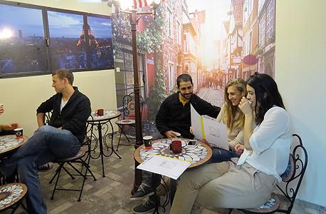 חדר הבריחה insideout - המשתתפים יודעים שהם מגיעים לבית קפה בפריז ומשם מתחיל המשחק, באדיבות: insideout