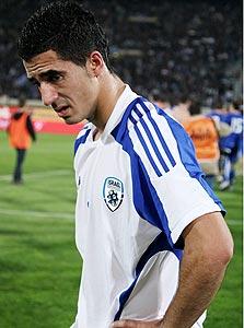 כיאל מדוכא לאחר ההפסד ליוון. אם השחקן הישראלי לא יכול לעבור שחקן יריב אז הבעיה היא  בבסיס, לא בנבחרת