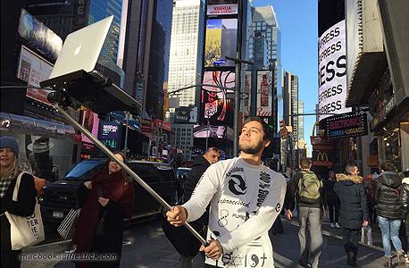 מסתבר שסלפי יכול להיות אפילו יותר מביך, צילום: macbookselfiestick.com