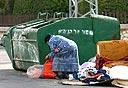 אישה מחטטת בפח אשפה, צילום: מאיר אזולאי