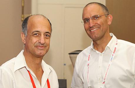 """מימין: מנכ""""ל אפריקה ישראל מגורים אורן הוד ומנכ""""ל שיכון ובינוי נדל""""ן תמיר דגן"""