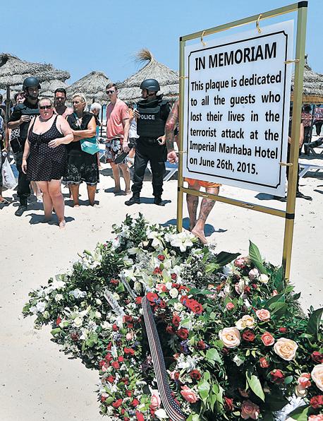 """אזור הפיגוע בעיירת החוף סוסה בתוניסיה,שבו נהרגו 38 איש בידי מהנדס החשמל סיף א־דין רזגאווי. """"כשהפיתוח הכלכלי במזרח התיכון נבלם, מהנדסים נשארו עם תסכול עצום"""", צילום: אי פי איי"""
