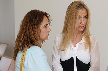"""עו""""ד סיגל פעיל (מימין) עם לקוחה בבית המשפט, צילום: אלעד גרשגורן"""