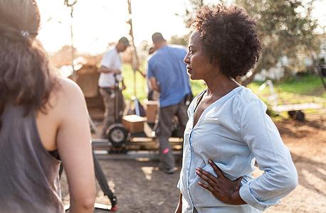 """השחקנית תהילה ישעיהו בצילומי הסדרה """"מלאך של אמא"""" של היוצרת קרן ויסמן, בהפקת נעמי לבארי. ב־2015, רק 18% מהסרטים שהתמודדו על פרס אופיר נוצרו בידי נשים, צילום: איתן ברנט באדיבות """"יס"""" ובלאק שיפ הפקות"""