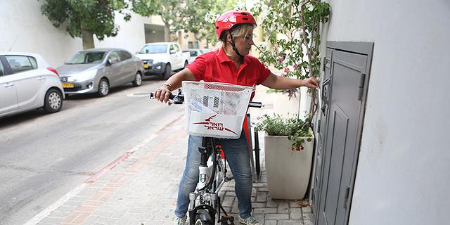 דוורית עם אופניים, צילום: דפנה טלמון