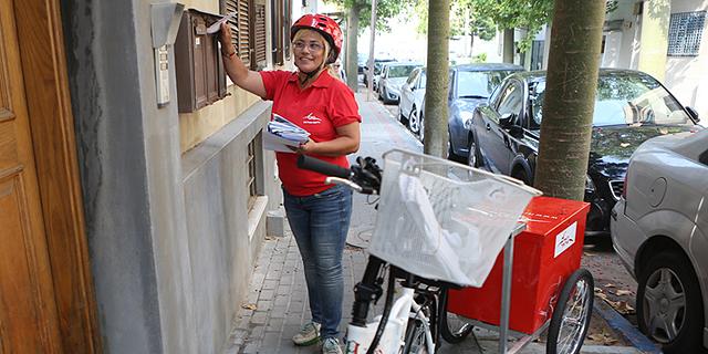 הדואר יחלק סמארטפונים לדוורים והחבילות יגיעו הביתה