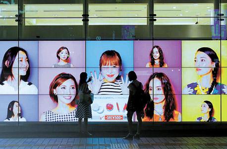 פרסומת אינטראקטיבית בחנות של רשת Ainz and Tulpe היפנית. קוראת את הלקוח שמול השלט, לומדת אותו וממליצה לו על קוסמטיקה המתאימה לו באופן אישי