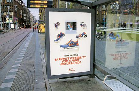 """פרסומת התלת־ממד הראשונה, לנייקי, שהוצגה ב־2013 באמסטרדם (בהגדלה מימין). ונבריאל: """"התצוגה כל הזמן משתפרת"""" , צילום: Holocube"""