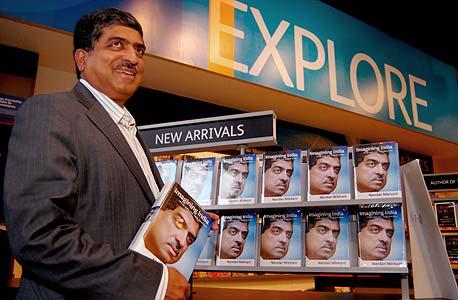 """נילקאני וספרו """"לדמיין את הודו"""". """"היא מדינה צעירה ורעננה בעולם מזדקן"""""""