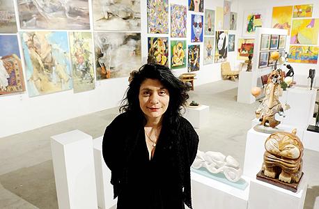 האוצרת לימור כהן בגלריה שלה במושב חרב לאת