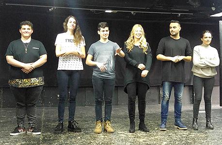 """כוכבי """"יצא משליטה"""", מימין לשמאל: גאיה שליטא כץ, אוריאל יקותיאל, עדי הימלבלוי, תובל שפיר, דר זוזבסקי ונוה צור. צוחקים גם על עצמם ועל הסדרות שהם משחקים בהן"""