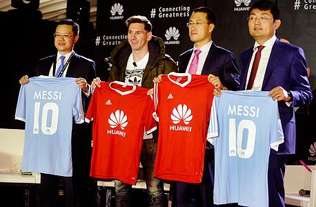ליאו מסי במסיבת עיתונאים של Huawei וואווי