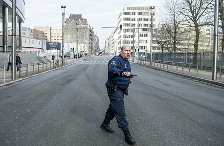 שוטר ברחוב ראשי בבריסל שפונה בעקבות מתקפת הטרור