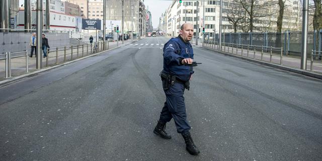 שוטר ברחוב ראשי בבריסל שפונה בעקבות מתקפת הטרור, צילום: איי אף פי
