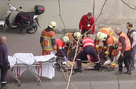 פינוי נפגע מפיצוץ ליד תחנת המטרו