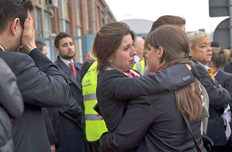 דיילות מחוץ לנמל התעופה של בריסל אחרי הפיגוע