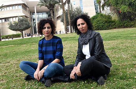 """מימין: האחיות סראב וראויה אבו רביע באוניברסיטת בן גוריון. הראשונה תושבת באר שבע, האחרונה תושבת מיתר. ראויה: """"המאבק בכל החזיתות גורם לי להגיע הביתה תשושה"""""""