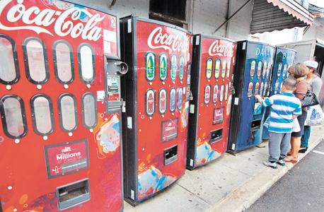 """מכונות שתייה של קוקה־קולה. המנכ""""ל הציע שהן יקפיצו מחיר אוטומטית בימים חמים , צילום: איי אף פי"""