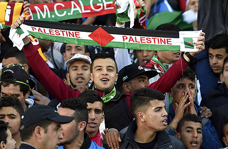 """אוהד נבחרת פלסטין.  """"אלוהים, אני לא רוצה לחשוב על זה בכלל. 2-1 פלסטין, בעזרת השם, ואחרי זה שיירד עלינו גשם, ונחגוג. יא אלוהים""""."""