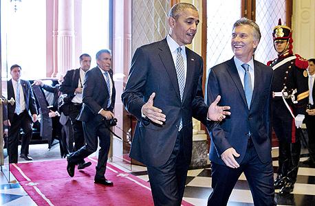 """מימין נשיא ארגנטינה מאוריסיו מאקרי ונשיא ארה""""ב ברק אובמה, צילום: איי אף פי"""