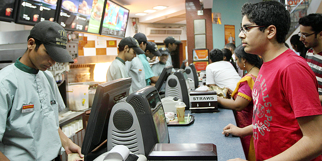 עובדים במקדונלדס בהודו, צילום: בלומברג