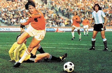 קרויף במונדיאל 1974. גדל 200 מטר מאצטדיון כדורגל, צילום: איי אף פי
