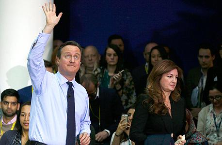 """דיוויד קמרון (משמאל) עם קרן בריידי מווסטהאם. יו""""ר ווסטהאם קארן בריידי הזהירה בשנה שעברה ש""""הוצאתנו מאירופה תהיה בעלת השלכות הרסניות"""". , צילום: רויטרס"""