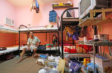 """מגורי עובדים בקטאר. """"המשך ההתעללות בעובדים היא כתם על הכדורגל העולמי., צילום: איי אף פי"""