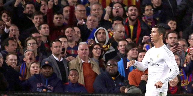 רונלדו עם אוהדי ברצלונה. היה יכול לזכות ביותר תארים עם קבוצה מאוזנת, צילום: אי פי איי