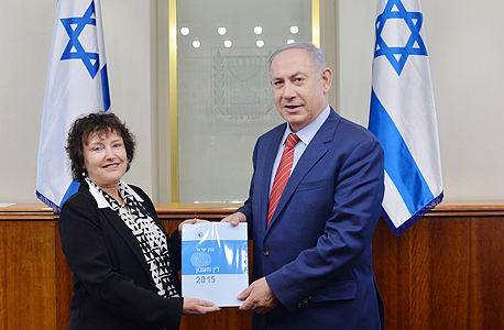 """ראש הממשלה בנימין נתניהו ונגידת בנק ישראל קרנית פלוג עם אחד מדו""""חות בנק  ישראל"""