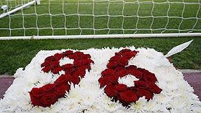 זר פרחים באנפילד לזכר הרוגי אסון הילסבורו. הטרגדיה הזו שינתה לחלוטין את המשחק וגררה אותו לעידן המודרני שלו