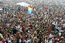 מצעד הגאווה. מקומץ אנשים שנפגש בחשאי למצעדי רחוב ומסיבות ענק