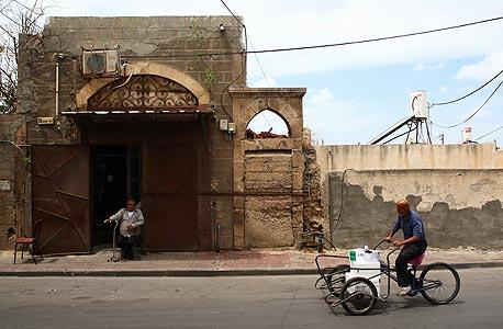 חנות הירקות ברחוב קדם (תחת הקשת מימין). עומדת סגורה עד היום