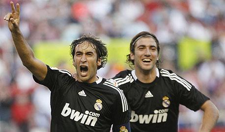 גונסאלו היגאווין וראול מריאל מדריד. רק שתי קבוצות מתוך 20 מסיימות את העונה ברווח