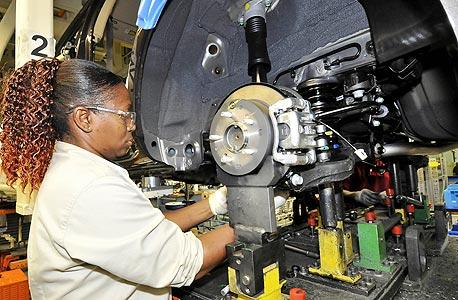 עובדת אמריקאית במפעל