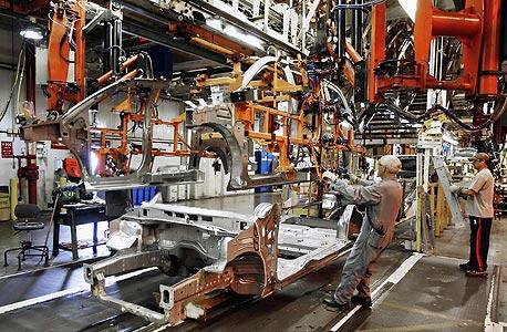 עובדים במפעל קרייזלר