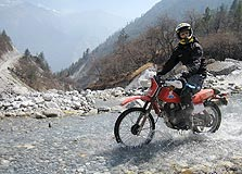 """משה גאון על אופנוע (בטיול קודם בנפאל), צילום: אריק ברא""""ז"""