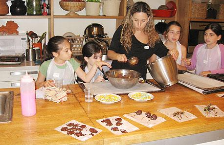סדנת אפייה לילדים (ארכיון). ניתן למצוא פתרונות לחופשת הקיץ שיתאימו לגודל העסק