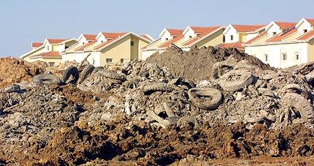 אתר פסולת סמוך לשכונת מגורים. מדי שנה מיוצרות 1,435,392 טונות של פסולת בכלל מגזר המיעוטים בישראל, צילום: שאול גולן
