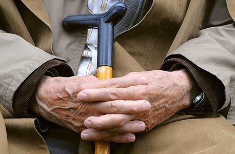 זקנה היא מחלה כרונית, חשוכת מרפא, ובעתות שלום ושגשוג נדמה כאילו היא גם מידבקת