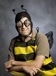 אריאלי בתחפושת דבורה. הוא אומר שזה בגלל משחק המילים Bee-havioral economy