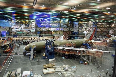 בואינג 787 דרימליינר פועלים עובדים בקו הייצור של בואינג 787 דרימליינר, צילום: בלומברג