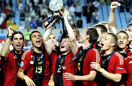 הנבחרת הצעירה של גרמניה חוגגת זכייה ביורו 2009. כולם שחקני בונדסליגה
