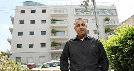 """רוני בן יהודה על רקע הבניין במאז""""ה"""
