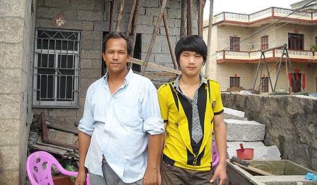 לין פה ובנו בעבודה על הרחבת הבית