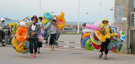 נשים בעבודה על חוף העיירה פינגטאן. לוחצות על הגברים לנסוע
