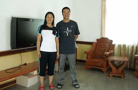 ג'ואו דזאו-וואנג ואשתו וואנג יו, עם הפלזמה שנקנתה בכספי העבודה בישראל