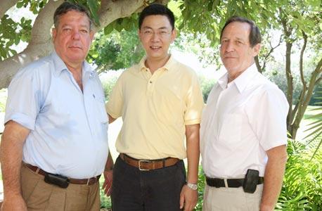 """מימין: גרשון שטיכמן, וון טונג ואבי קרבס. """"מכירים את האנשים הנכונים בסין"""""""