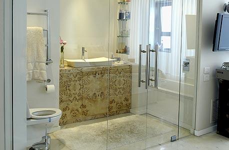 חדר אמבטיה שקוף